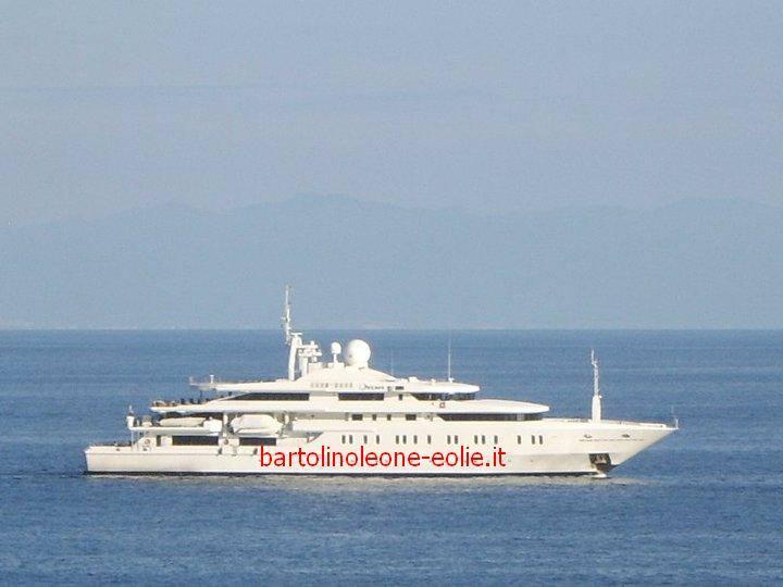 Lipari svelato il mistero del mega yacht a bordo i reali for Il canotto a bordo degli yacht