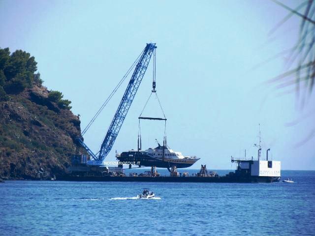 LE NOTIZIE DEL NOSTRO GIORNALE ONLINE FANNO IL GIRO D'ITALIA. Lipari, il pontone ha recuperato l'aliscafo finito sugli scogli di Monte Rosa. VIDEO DELL'IMBRAGAMENTO
