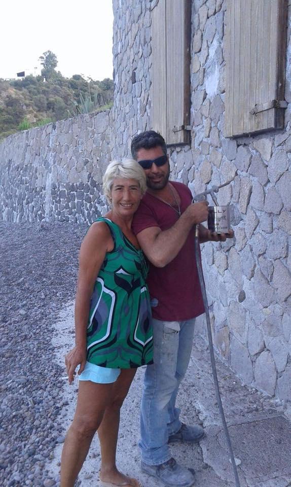 Lipari, spiaggia di Porto delle Genti. La foto che parla... L'artista Enzo Basile ha 'ripulito' il muro macchiato... VIDEO