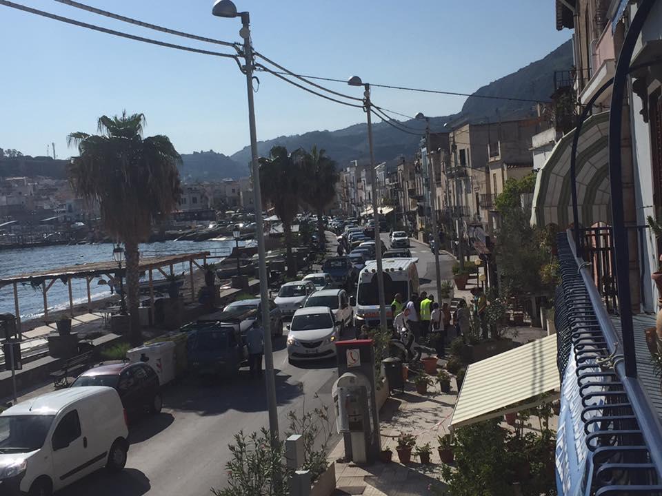 Lipari, scontro tra due motorini a Marina Lunga ferita una donna e con l'ambulanza trasferita in ospedale